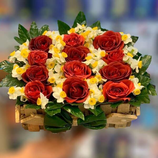 سبد گل رز قرمز و نرگس